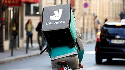 Deliveroo evita palabras como 'salario' o 'despido' para impedir que se hable de relación laboral con sus repartidores