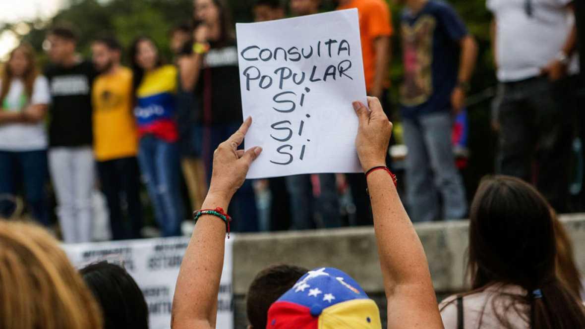 La oposición venezolana vota en una consulta simbólica contra el Gobierno de Maduro
