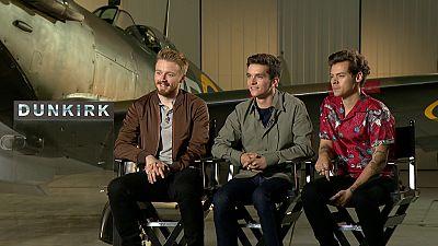 De película - Jack Lowden, Fionn Whitehead y Harry Styles nos hablan de sus personajes en 'Dunkerque' - Ver ahora