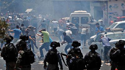 Enfrentamientos entre palestinos y fuerzas israelíes por las restricciones en la Explanada de la Mezquitas