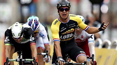 El holandés Dylan Groenewegen se impuso en el sprint de prestigio de los Campos Elíseos que cerró la 104 edición del Tour de Francia, victorioso por cuarta vez para el británico Chris Froome, por delante del colombiano Rigoberto Urán y del francés Ro