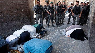 Israel comienza a retirar los detectores de metal pero los palestinos mantienen sus protestas