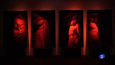 Fernando Maquieira muestra su guía nocturna de museos