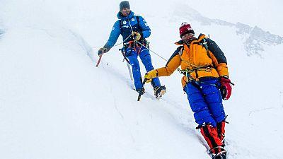 Tres montañeros españoles, Alberto Iñurrategi, Juan Vallejo y Mikel Zabalza, han rescatado a un montañero italiano que se encontraba atrapado a más de 7.000 metros de altura.