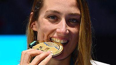 La nadadora española Mireia Belmonte se ha colgado el oro en el Mundial de Budapest en la prueba de 200 mariposa, con lo que ha logrado la triple corona, tras sumar la olímpica y europea.