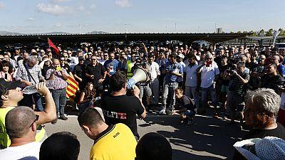 La huelga de taxistas colapsa Barcelona y provoca disturbios en Madrid
