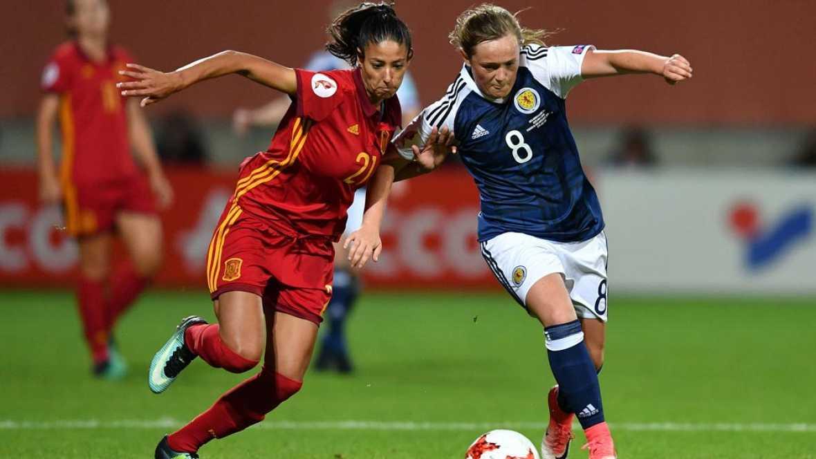 La selección española ha logrado el pase a los cuartos del Europeo femenino de fútbol gracias a la derrota de Portugal contra Inglaterra y pese a perder contra Escocia el último partido de la fase de grupos.