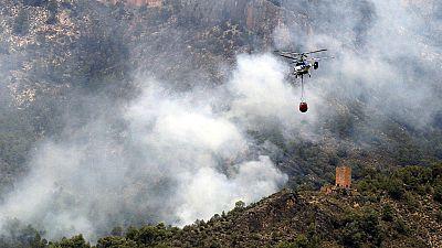 Unas 400 personas trabajan para perimetrar el incendio de Yeste