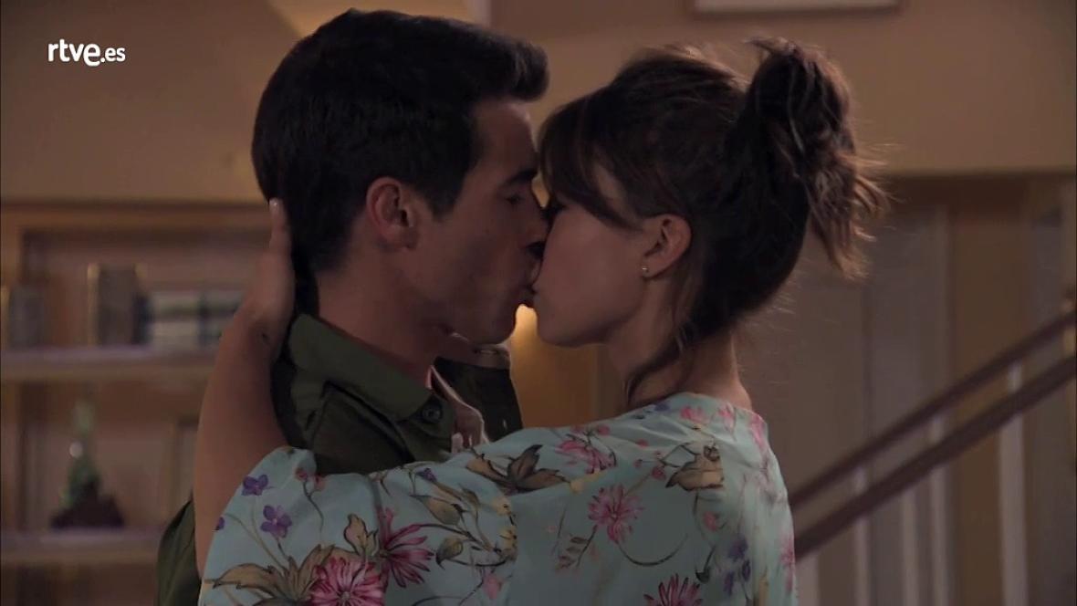 Servir y Proteger - Rober y Alicia se besan tras declararse su amor