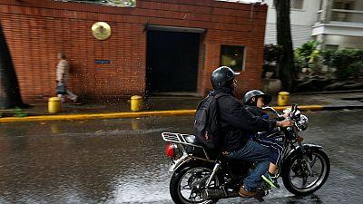 Un motorista lanza tres artefactos incendiarios contra la embajada española en Caracas