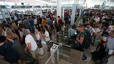 Largas colas por la mañana y normalidad por la tarde durante los paros del personal de seguridad en El Prat