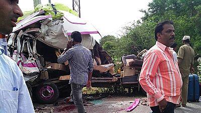 Mueren cuatro españoles en la India al chocar el minibús en el que viajaban con un camión