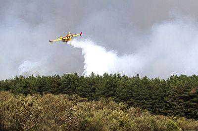 Mejora el incendio de la localidad de Navarredonda, en Ávila