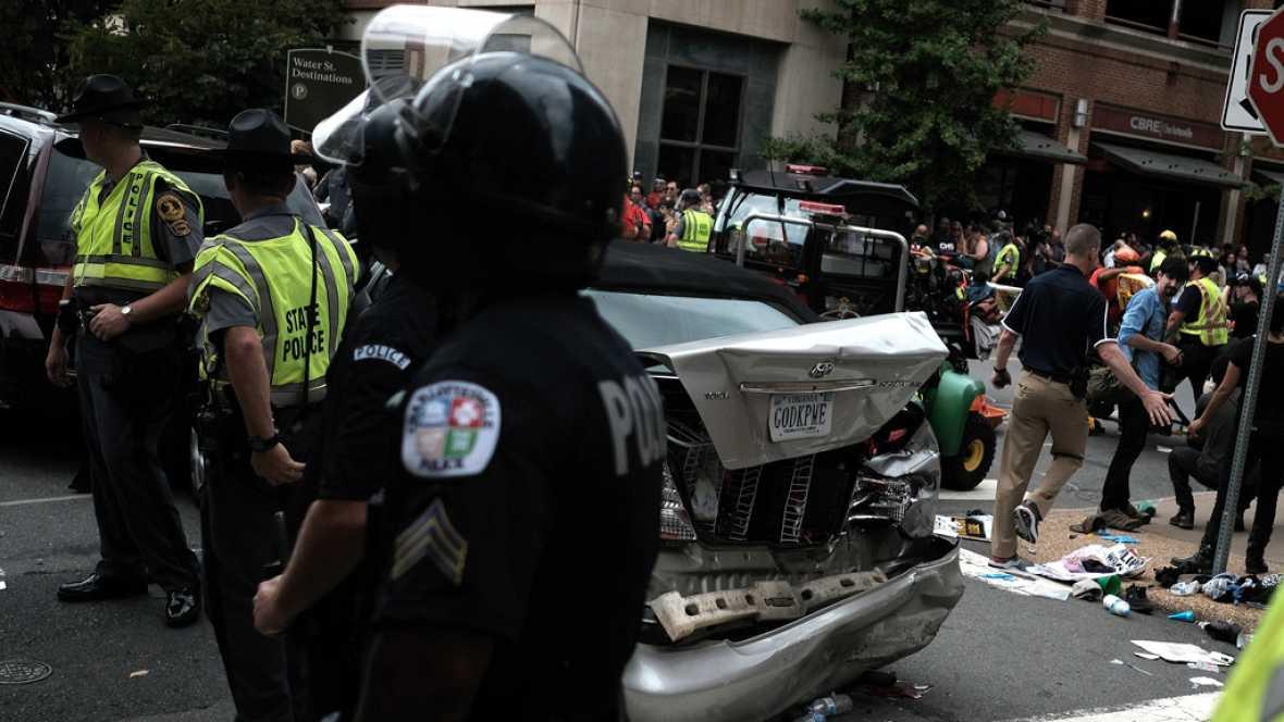 Un coche arrolla a un grupo de personas en Charlottesville