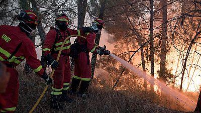 Más de un millar de bomberos trabajan contra dos grandes incendios en el centro de Portugal