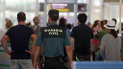 Segundo día de huelga indefinida en El Prat con las colas habituales de agosto por la presencia de la Guardia Civil