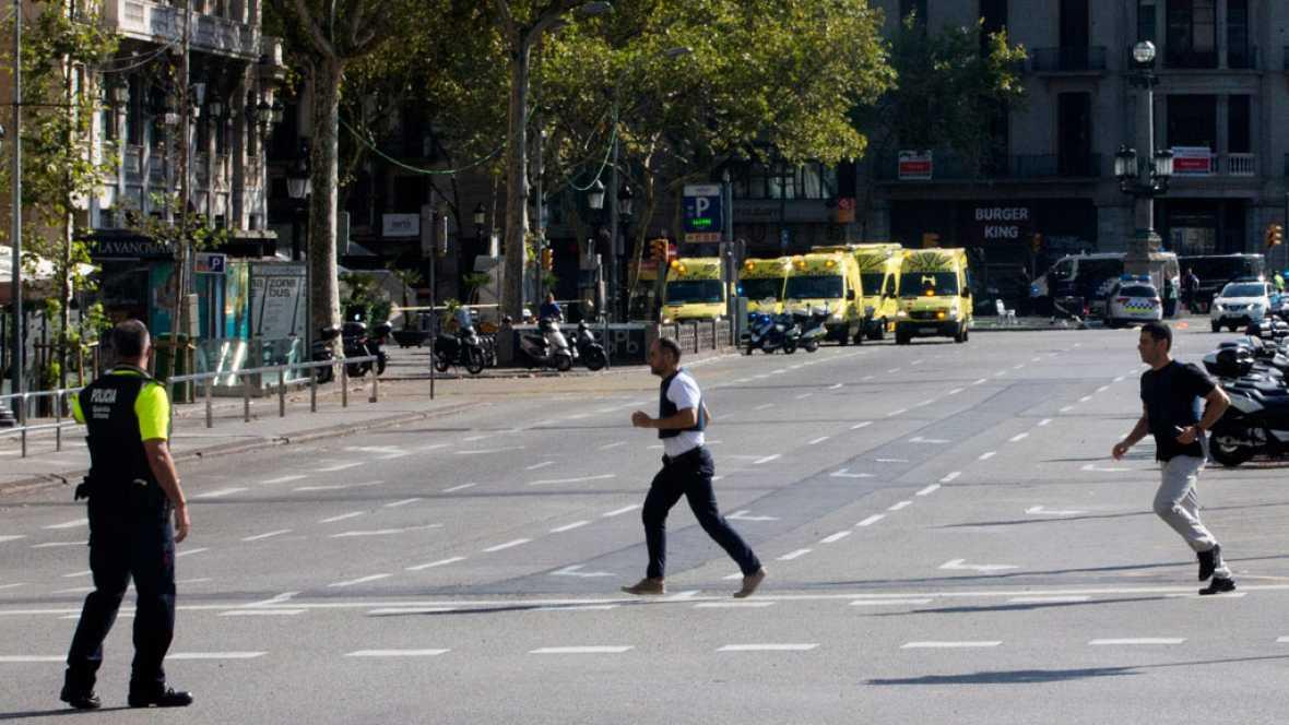 Tres personas han muerto y otra veintena han resultado heridas en un atropello masivo perpetrado este jueves en el paseo de Las Ramblas de Barcelona, donde las fuerzas de seguridad buscan a dos personas como supuestos autores del atentado, según han