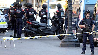 """Los Mossos han activado la llamada """"Operación Jaula"""" nada más producirse el ataque terrorista. Además, los comercios y establecimientos públicos cercanos a la zona del atentado han sido cerrados. También, se han clausurado varias estaciones de metro"""