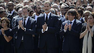 Minuto de silencio en Barcelona encabezado por el rey Felipe VI y los presidentes Rajoy y Puigdemont
