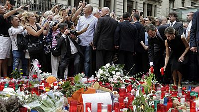 Los reyes homenajean en Las Ramblas a las víctimas del doble atentado en Cataluña