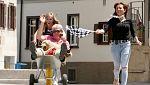 Hotel Romántico - Las parejas compiten en una carrera en carretilla