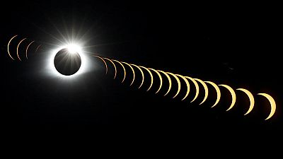 En Estados Unidos, millones de personas han estado muy pendientes del cielo para observar el primer eclipse total de Sol, que ha cruzado diagonalmente el pais, de costa a costa, en casi un siglo. El paso de la Luna por delante del Sol, haciéndolo inv
