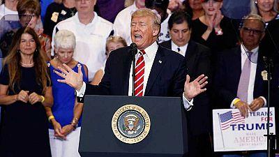 Trump vuelva a cargar contra la prensa y abre otra polémica con su posible indulto a un sheriff de Arizona