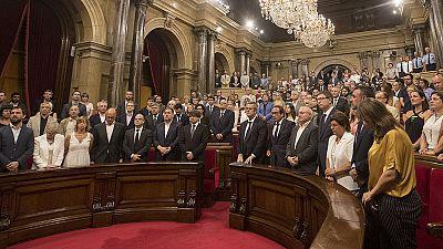 El Parlament de Cataluña condena el doble atentado yihadista y guarda un minuto de silencio por las víctimas