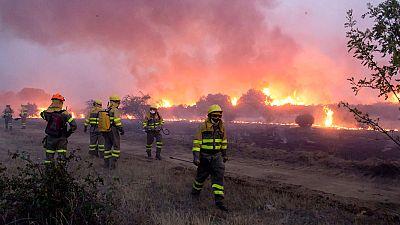 En la comarca de La Cabrera se trabaja intensamente en la contención del incendio