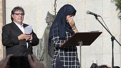 Hafida Oukabir, la hermana de dos de los terroristas implicados en el doble atentado de Cataluña, muestra su rechazo a la violencia durante la manifestación por la paz organizada en Ripoll.