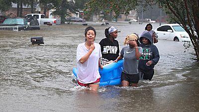 Decenas de personas continúan atrapadas en Texas por las inundaciones de la tormenta tropical 'Harvey'.
