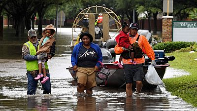 Cientos de voluntarios buscan casa por casa a los vecinos atrapados por el agua en Houston