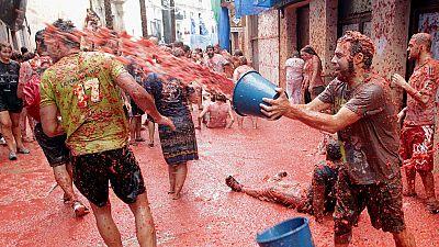 Miles de personas participan en la tomatina de Buñol