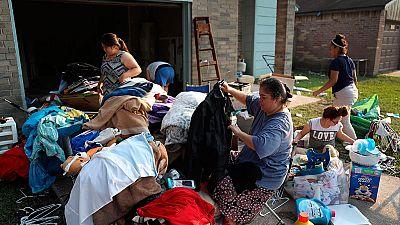 Miles de personas tratan de regresar a sus casas una semana después del paso de Harvey