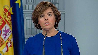 """La vicepresidenta del Gobierno, Soraya Sáenz de Santamaría, ha denunciado el """"abochornante espectáculo"""" y la """"vergüenza"""" para """"cualquier demócrata"""" que está dando el Parlament de Cataluña con el """"falso debate"""" sobre la ley del referéndum secesionista"""