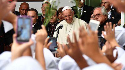 El papa visita en Colombia a 500 niñas víctimas de la violencia