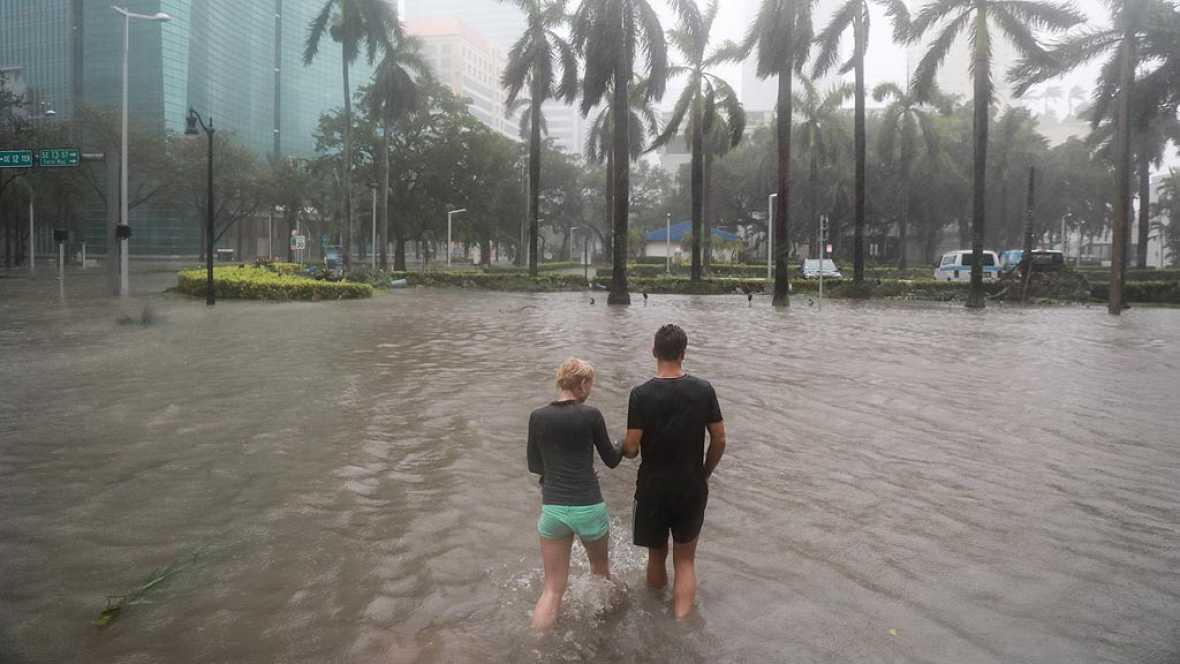 Irma deja sin electricidad a 4 millones de hogares y negocios en Florida e inunda el centro financiero de Miami