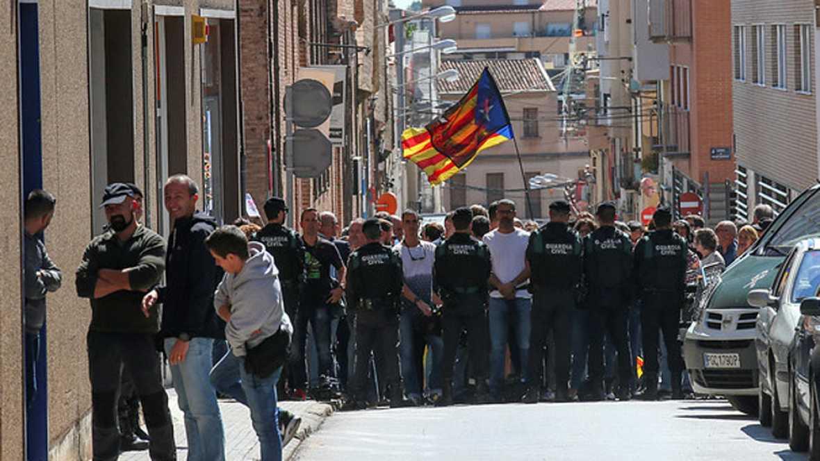 Resultado de imagen de Los Mossos desalojan a decenas de independentistas de la entrada a la empresa que envía sobres censales