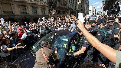 Centenares de personas protestan contra la operación policial y con gritos a favor del referéndum