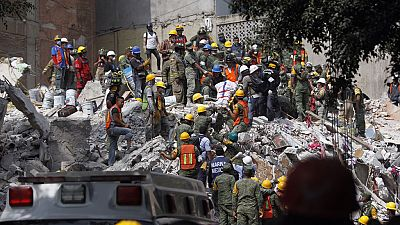 Asciende a 225 el número de muertos en México mientras continúan las tareas de rescate
