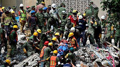 Equipos de rescate y brigadas de voluntarios trabajan localizando supervivientes del terremoto en México