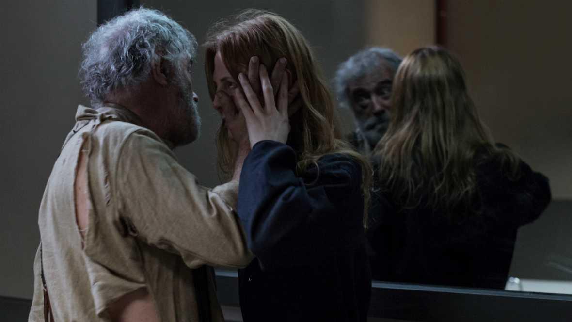 El Ministerio del Tiempo - El padre de Marta intenta asesinar a su hija