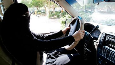 Arabia Saudí aprueba que las mujeres puedan conducir