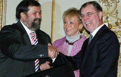 El ex ministro de Justicia, Mariano Fernández Bermejo, ha cedido la cartera ministerial al nuevo ministro, Francisco Caamaño Domínguez, quién ha dicho que es un honor.
