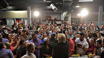 Críticas contra Trump por lanzar rollos de papel higiénico en Puerto Rico a los afectados por el huracán 'María'