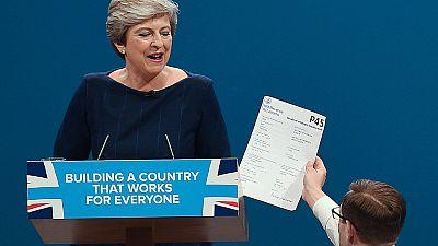Accidentado final del congreso conservador para Theresa May por la tos y un humorista 'espontáneo'