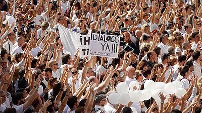 Miles de ciudadanos salen de blanco a la calle para pedir diálogo en Cataluña