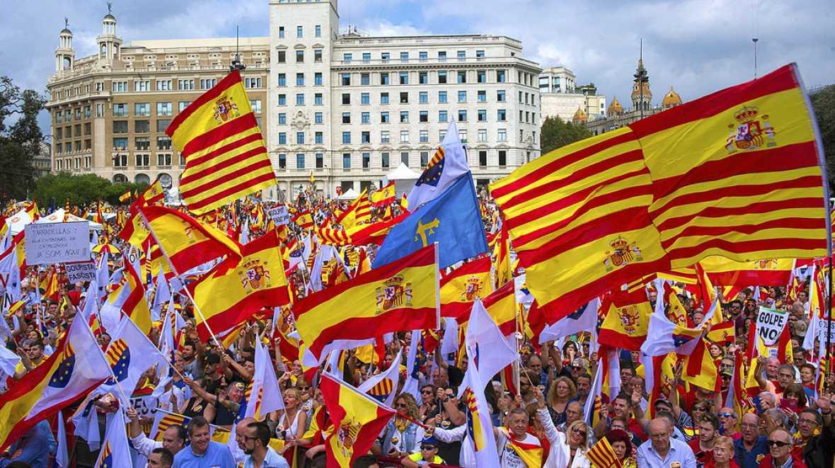 """Miles de personas piden en Barcelona a Puigdemont que """"vuelva a la senda de la Constitución"""""""