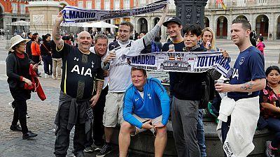 Unos 4.200 aficionados del Tottenham han pasado el día en el centro de Madrid sin causar grandes incidentes en las horas previas al partido del Bernabéu.
