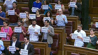 Diputados de Unidos Podemos, PDeCAT y ERC protestan con carteles en la sesión de control